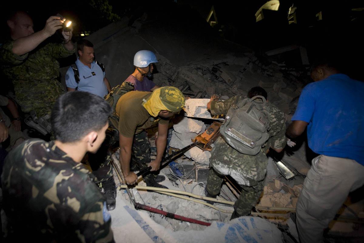 10-01-12-Earthquake 19 photo Logan Abassi.jpg