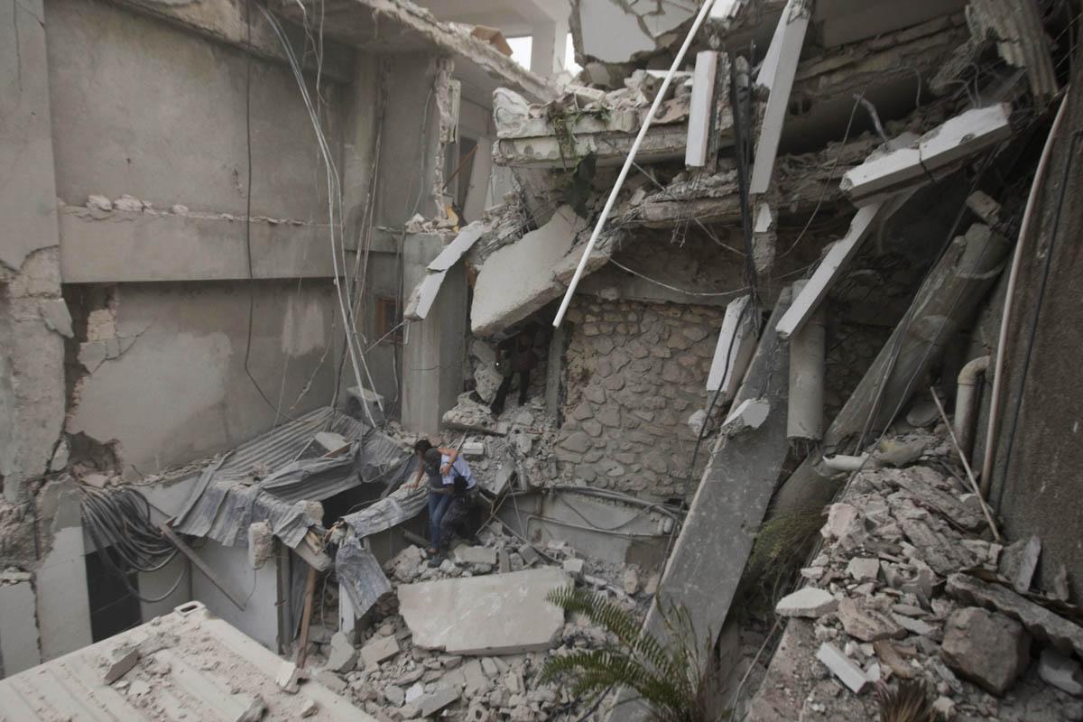 10-01-12-Earthquake 03 photo Logan Abassi.jpg