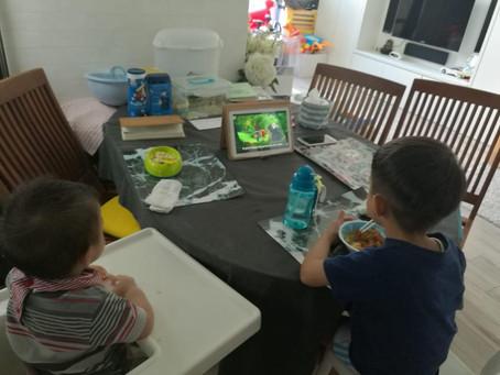 小孩邊看手提電話邊吃飯影響深遠,家長可以怎樣做?