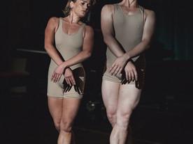 Dos bailarines desnudos