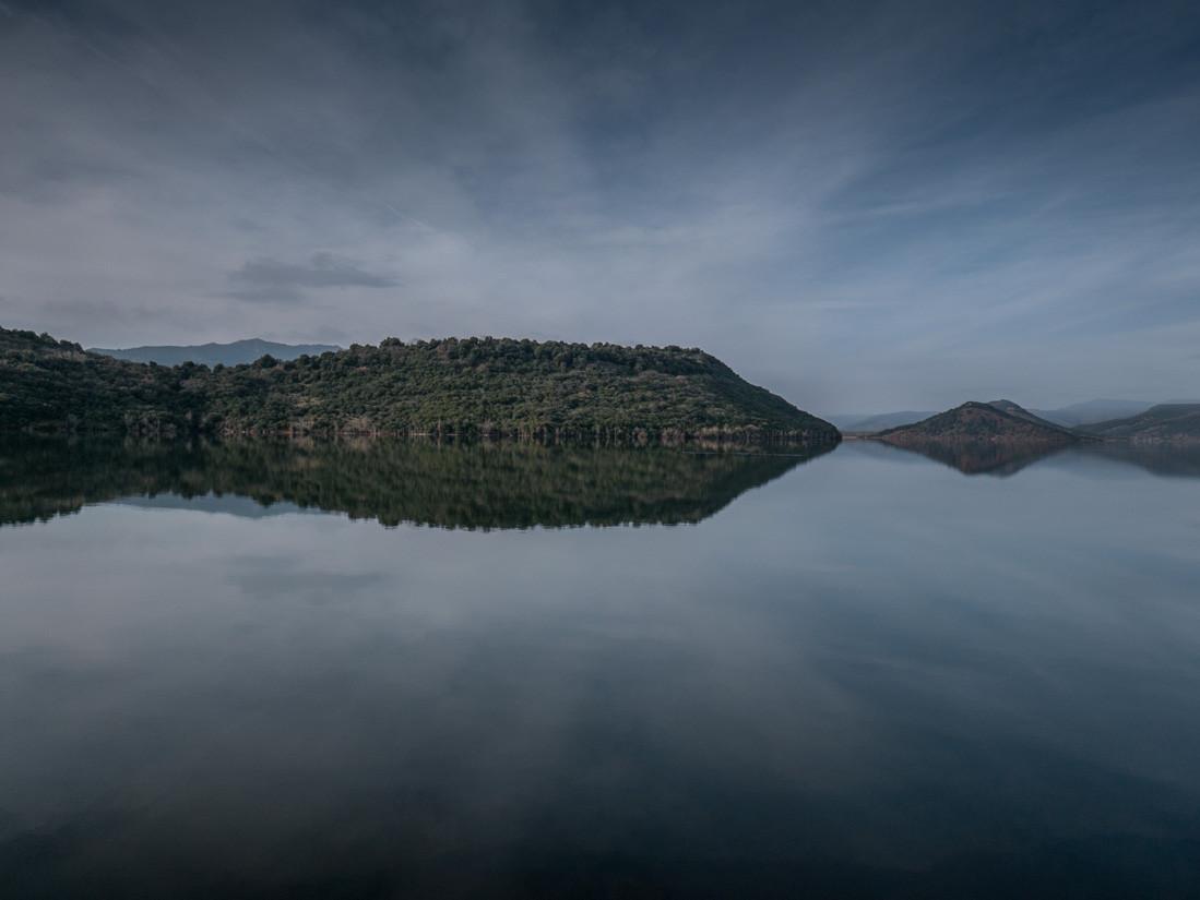 Symétrie, lac du Salagou, France