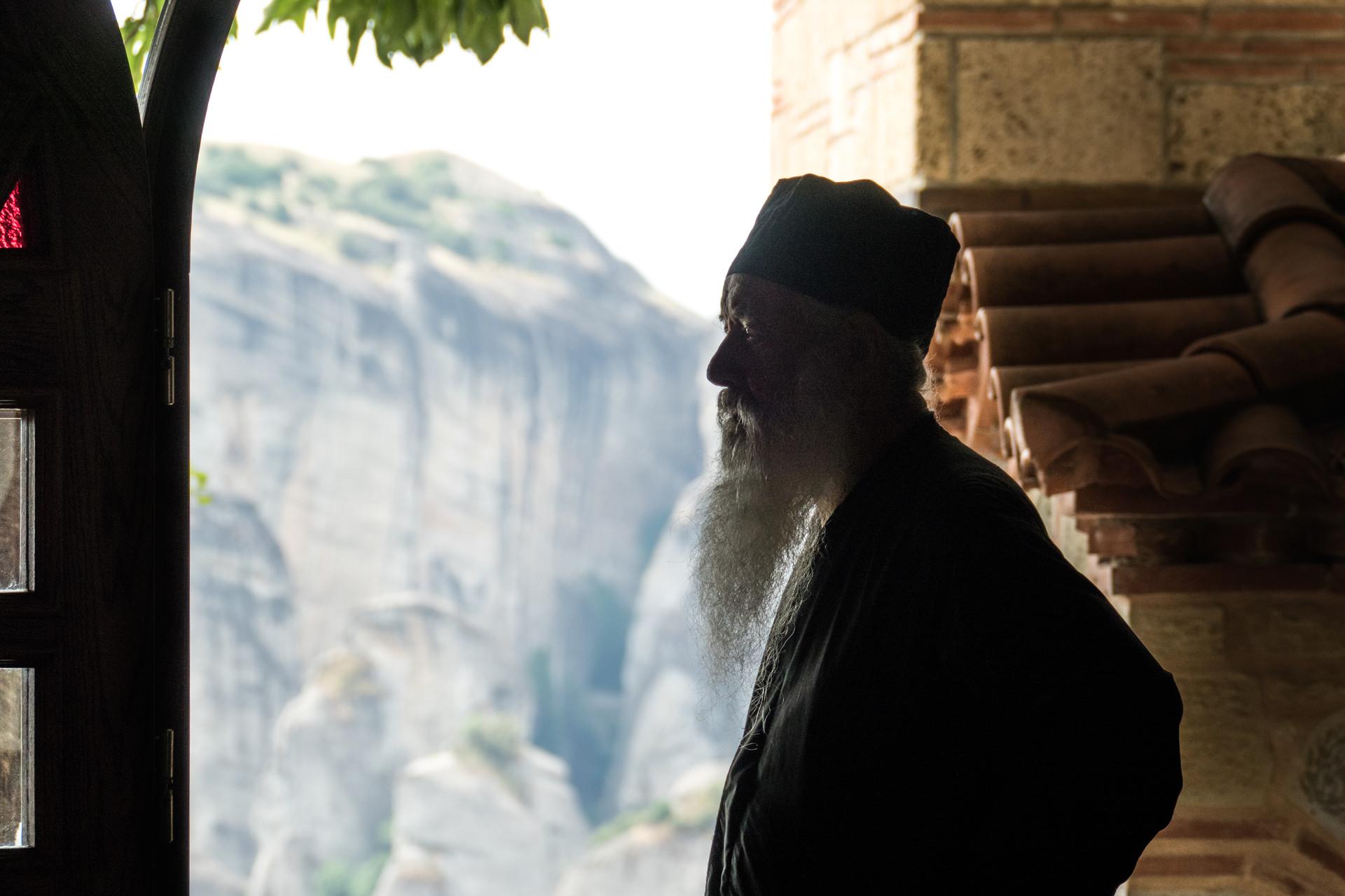 Un prêtre au monastère