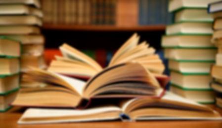 libros amontonados en una mesa