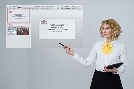 formadora explicando delante de una diapositiva powerpoint