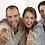 cuatro personas sonriendo y con el dedo pulgar hacia arriba