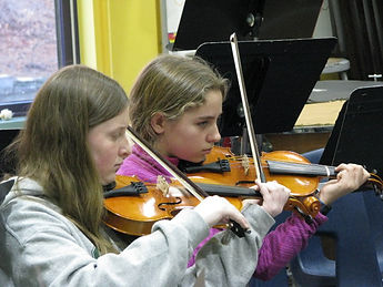 two girls playing the violin