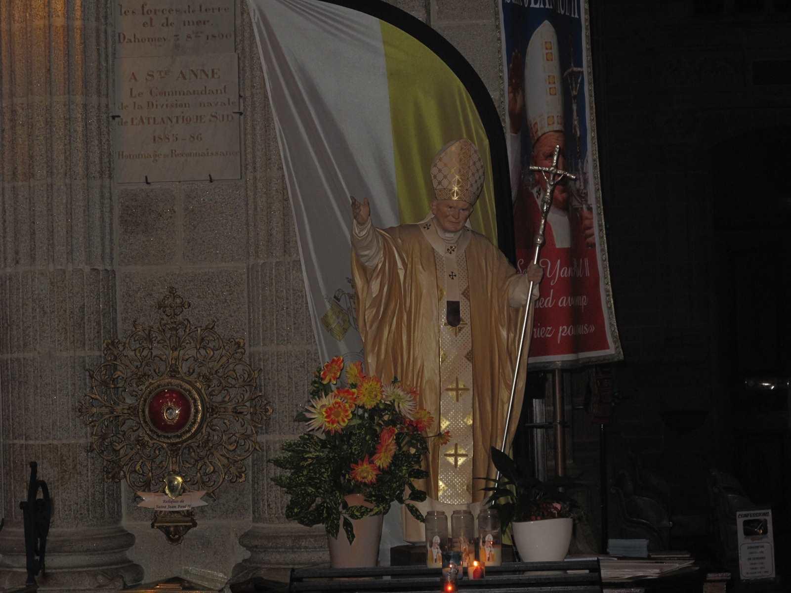 Réplique de Jean Paul II ...