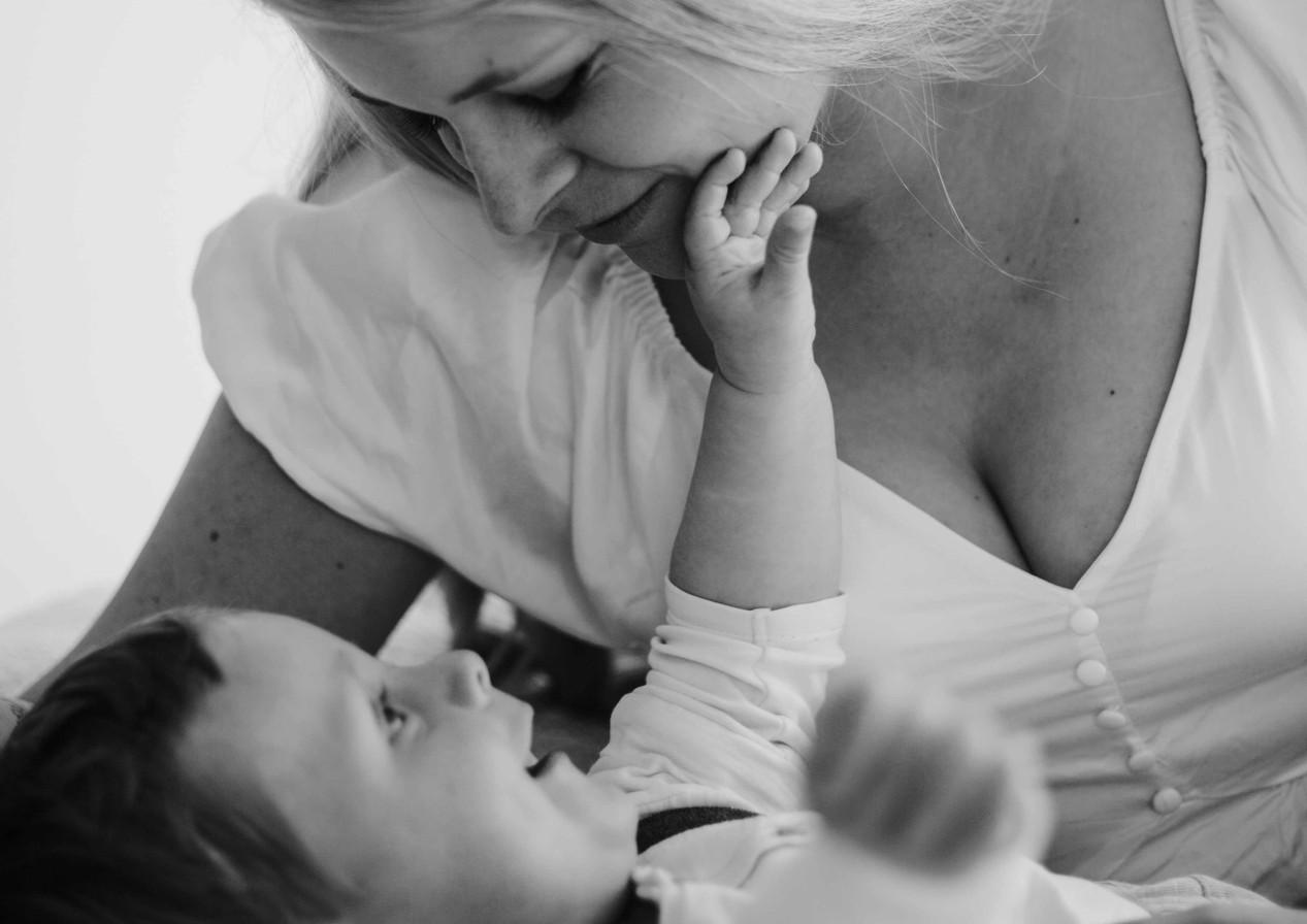 Mama, Sohn, Liebe, Fotoshooting,  Mutter , Kind, Familienfotografie, schwarzweiß