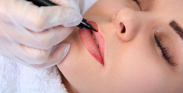 Lūpų permanentinis makiažas procedūros metu. Koregojama forma, piešiamas eskizas