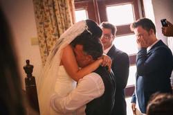 Cuando un padre ve a su hija por primera vez vestida de novia.