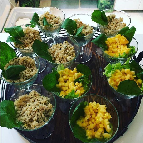 Salada de grãos e salada verde com nozes