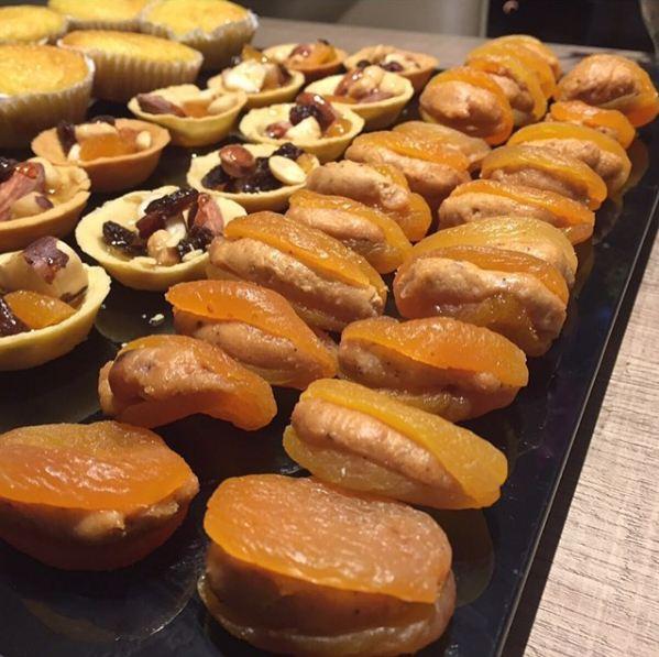 Damasco recheado com castanhas e torteletta de nuts