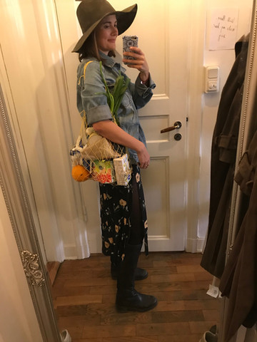 Jana, kostümiert als New Yorker Modemagazin Mitarbeiterin mit den Einkäufen.