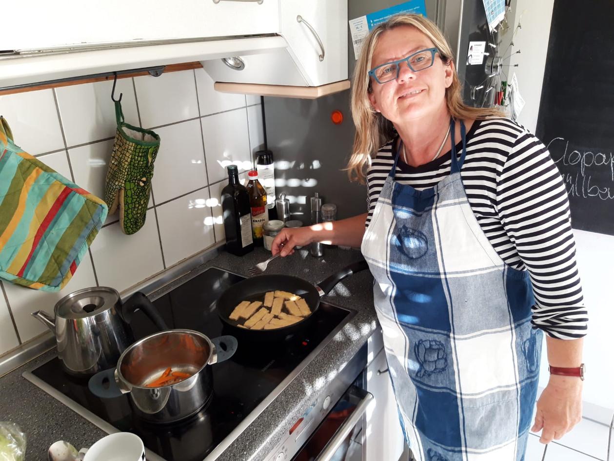 Ein Gast in der Vorbereitung auf die Einladung zum gemeinsamen Essen