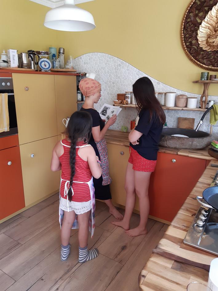 Noch mehr Freunde die sich kochender weise vorbereiten