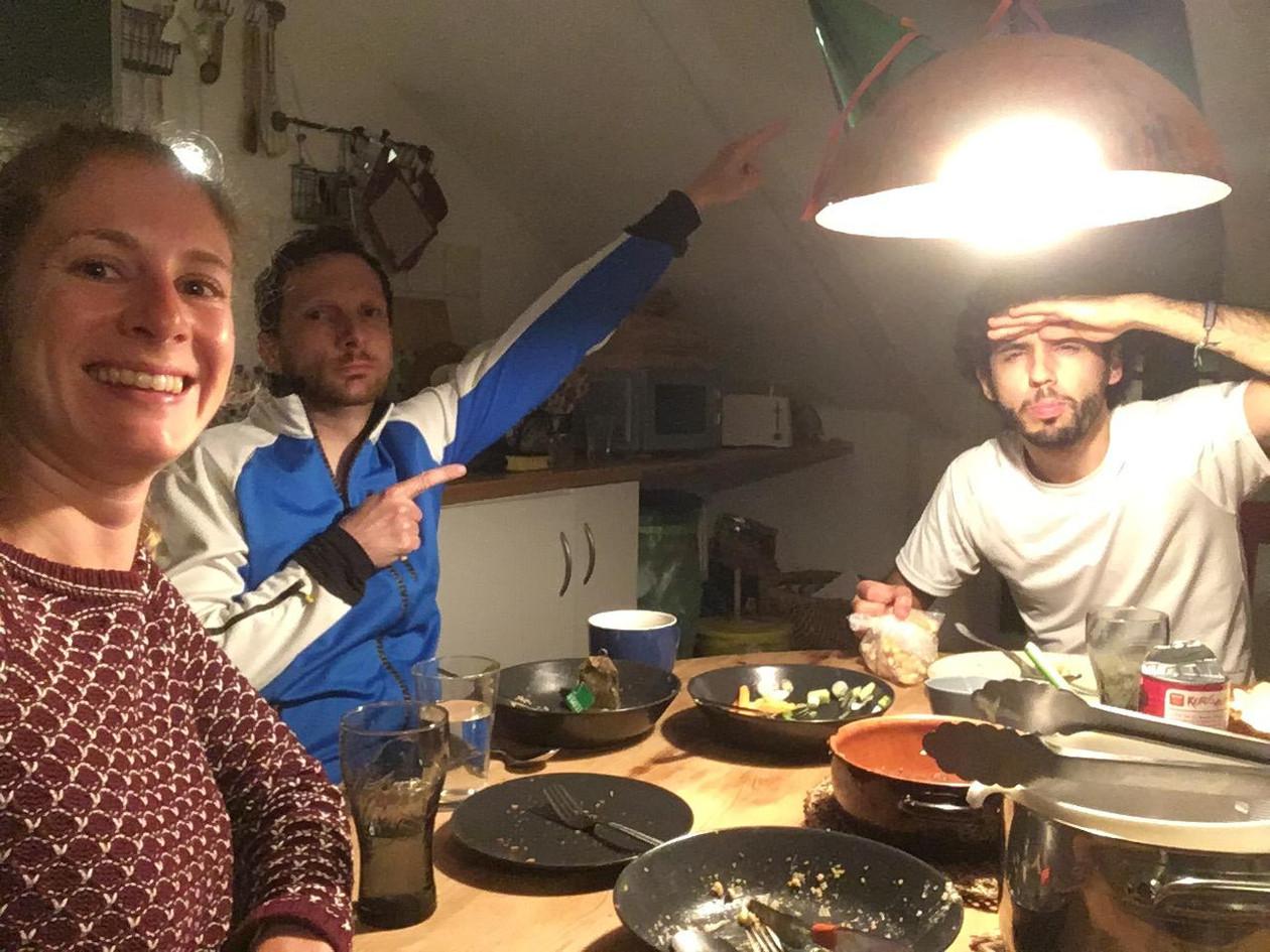 Gäste und Teilnehmer der Performance Abendessen mit Freunden