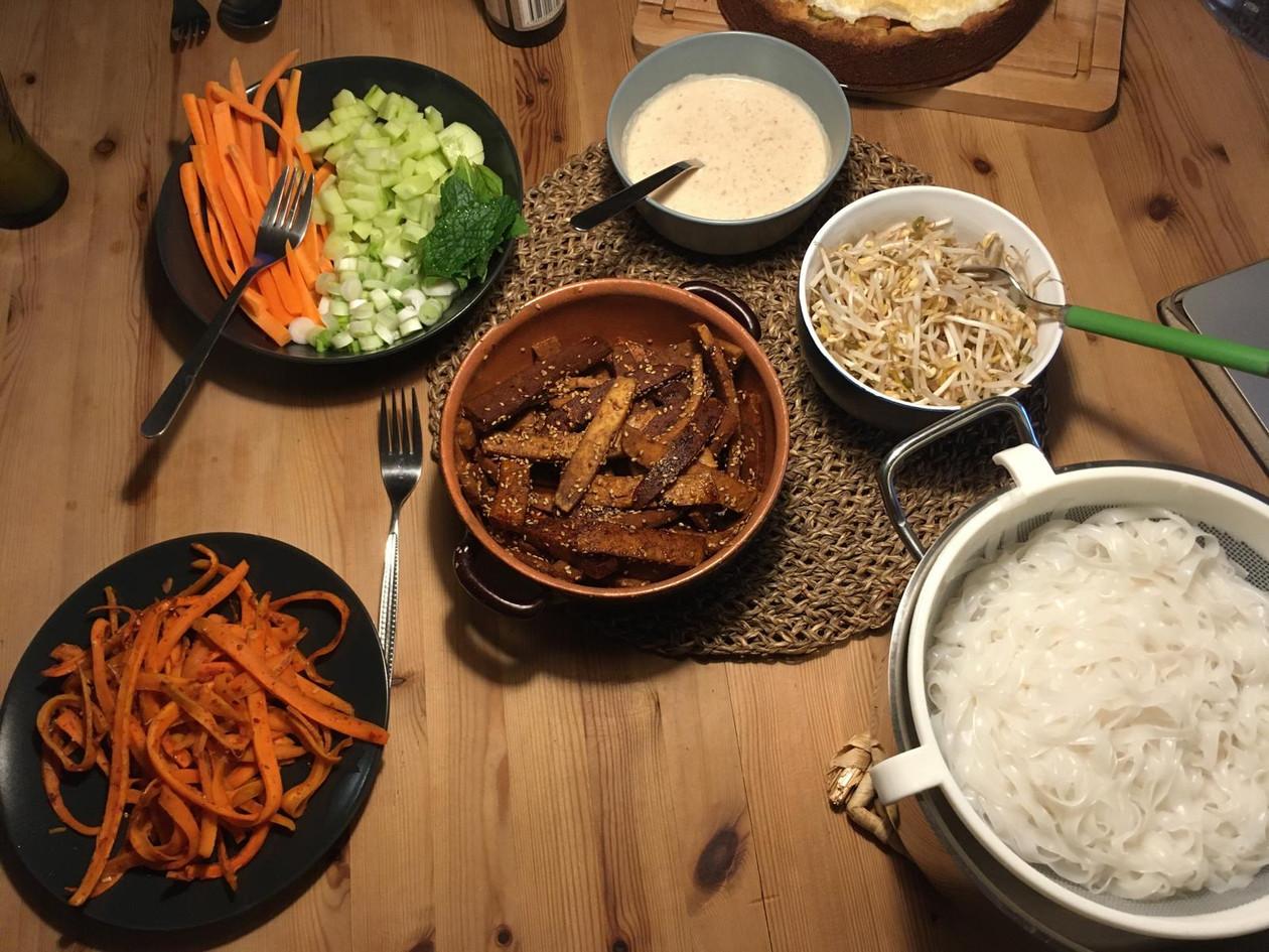 Asiatischer Nudelsalat, Farbkomposition, gedeckter Tisch