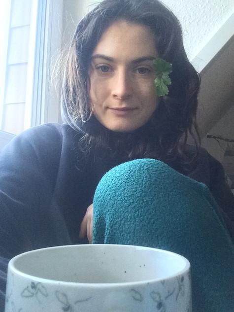 Miriam Markl nach 4 Stunden Kaffeetrinken mit Freunden, zuhören, erzählen und Koffein-Rausch. Pettersilie im Haar, müde und glücklich. Bereit für einen Spaziergang.