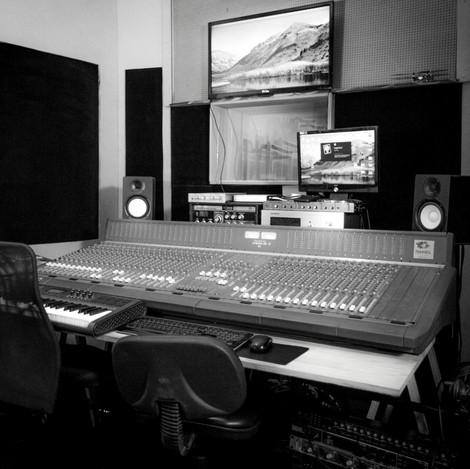 ESTÚDIO PANGEA TUNES, no mesmo prédio da Sendero Filmes. Faz composição, gravação, mixagem e pós-produção de áudio.