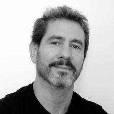 LEO CEOLLIN, cenógrafo e designer formado na Faculdade de Arquitetura e Urbanismo de Buenos Aires. Realiza trabalhos em diferentes formatos e tecnologias, relacionando produção digital e analógica, design e as artes visuais.