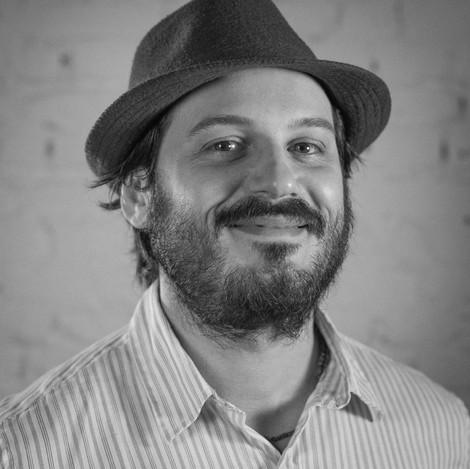 FABIO ALCAMINO, roteirista e produtor. Ganhou o Prêmio Rumos Itaú Cultural com Paralelo 34, fez produção para campanhas da DM9DDB.