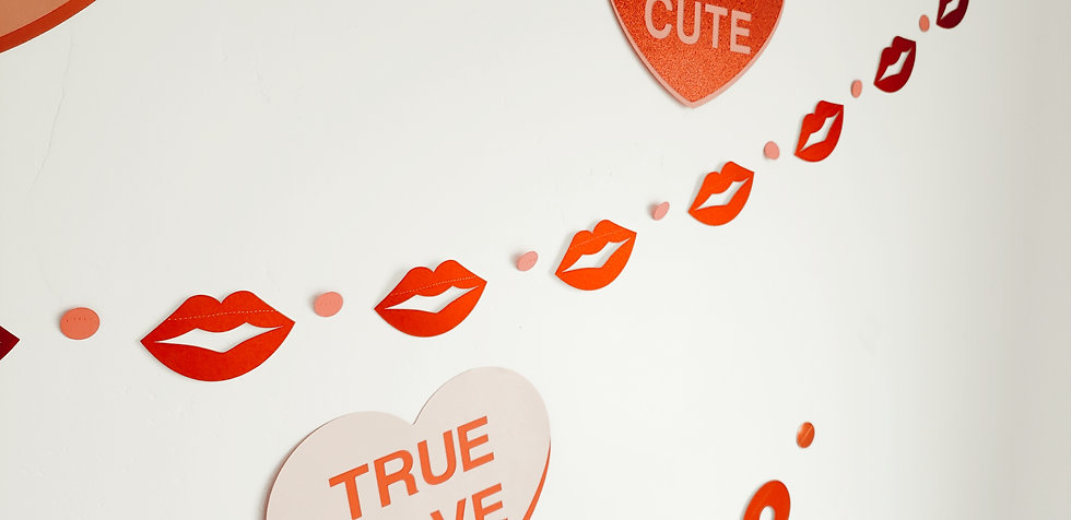 classic kisses garland.