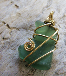 Sweeping lines sea glass pendant