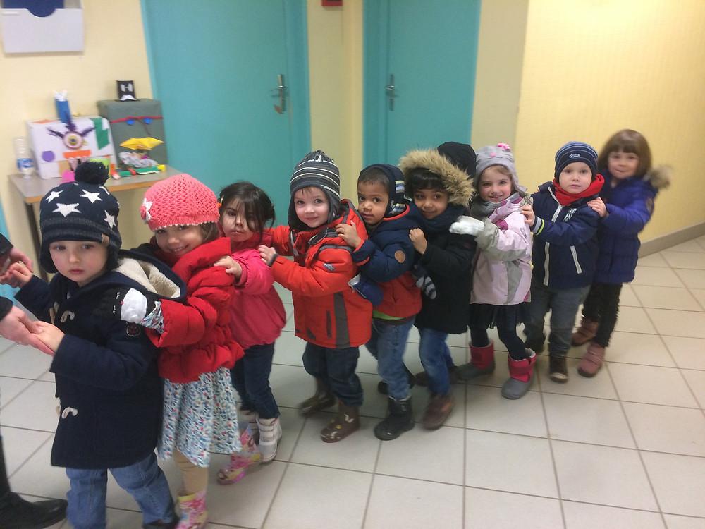 Une chenille d'enfants arrive... toute souriante et ondulante #fresque mosaique à l'école
