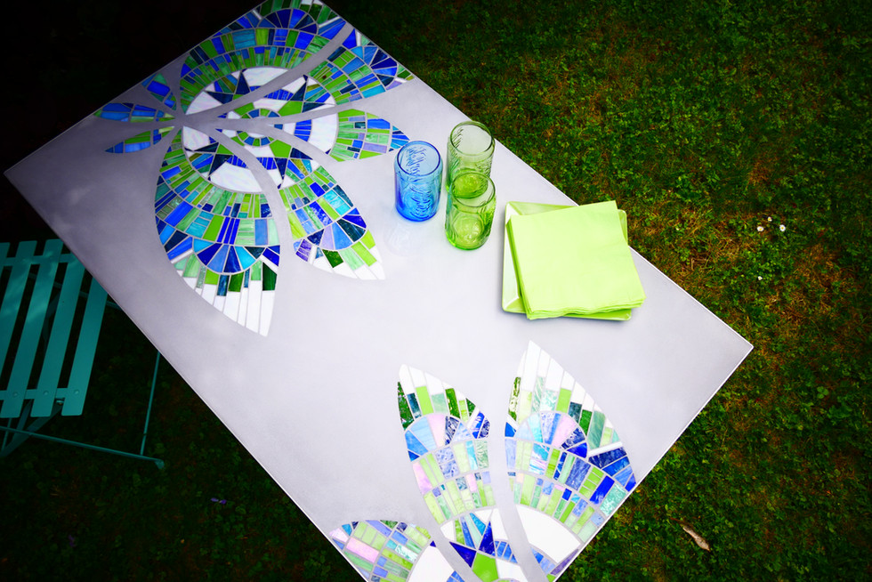 LOTUS BLEU, table mosaique verre et béton ciré