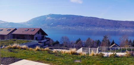 Cette mosaïque prend place dans un intérieur splendide, avec une vue enchanteresse sur le lac d'Annecy.
