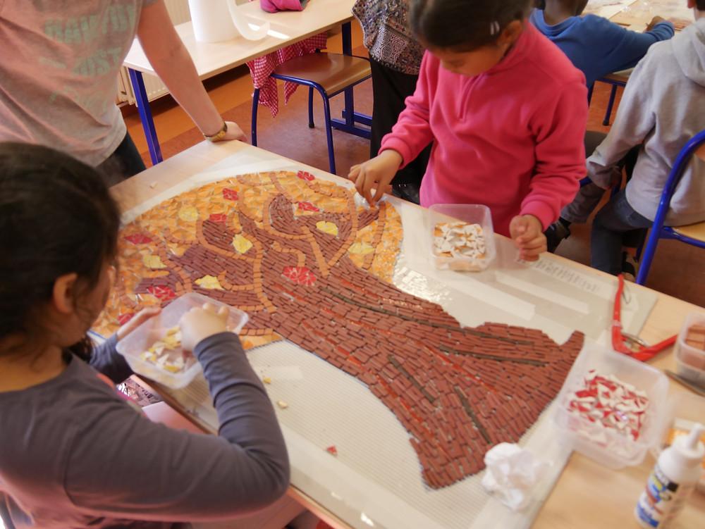 L'arbre de l'automne se are de belles couleurs #fresque mosaique à l'école