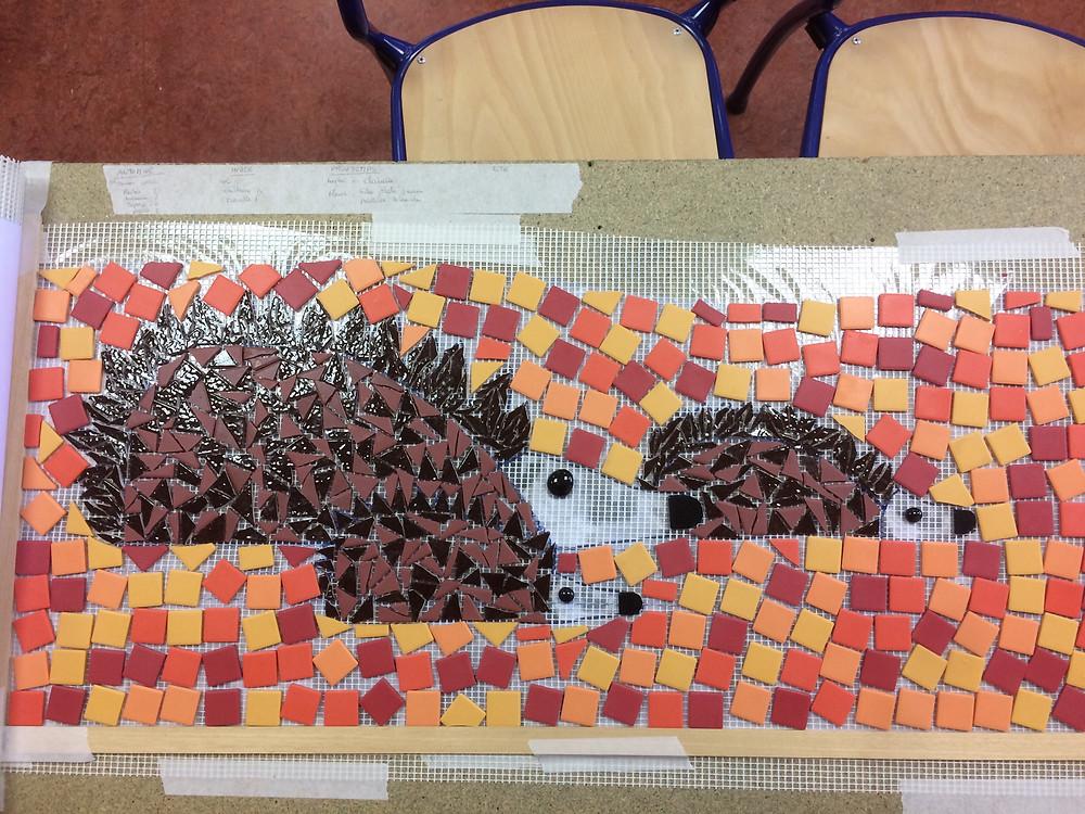 Famille hérisson cherche cachette pour hiberner...#fresque mosaique à l'école