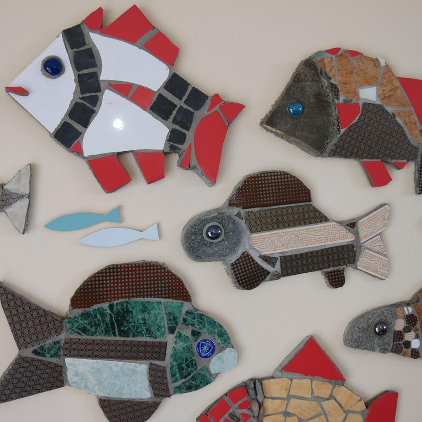 Avec des matériaux glanés ici où là, quelques ateliers d'initiation à la mosaïque et voici la fresque collective telle un banc de poisson... Viviane Wolff, Sibérie 2017