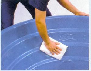 Limpeza de caixa d'água evita proliferação da dengue.