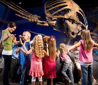 crianças no museu