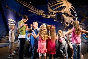 博物館で子供たち