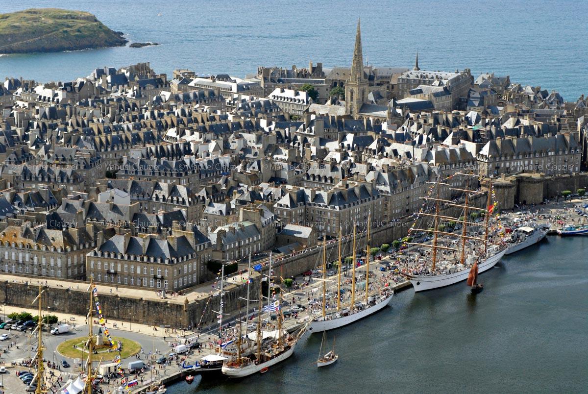 Bateaux de haut sur fond de St-Malo.