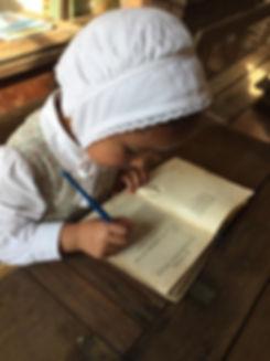 page construction élaboration costume traditionnel spectacle fille école bouquin coiffe plume
