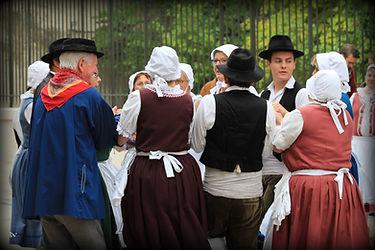 costume traditionnelle Danse traditionnelle cote viticole brunette boudin