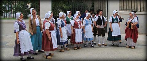 Chant traditionnel chanson boire costume vigne vin accordéon rue godrans dijon fête vigne