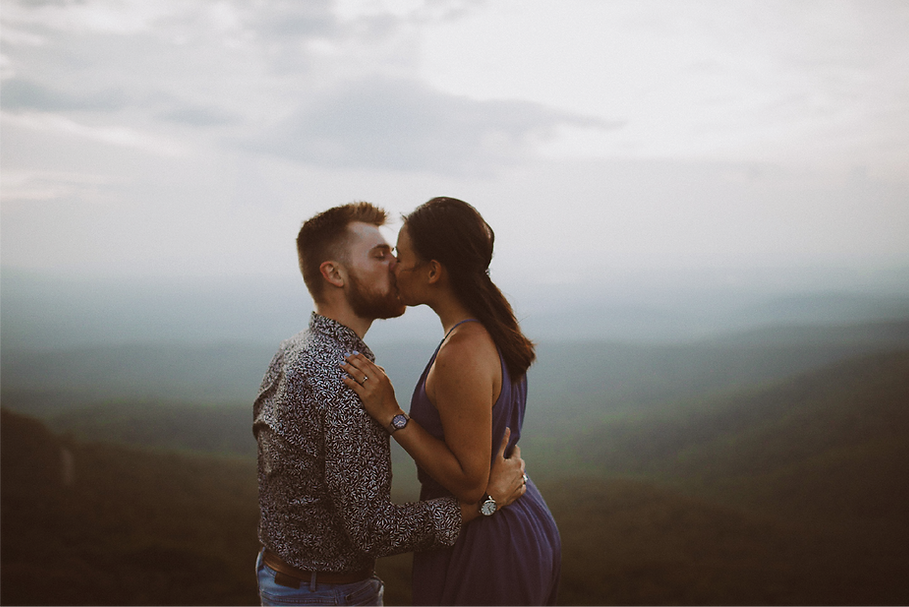 couple-kissing-on-mountain@2x.png