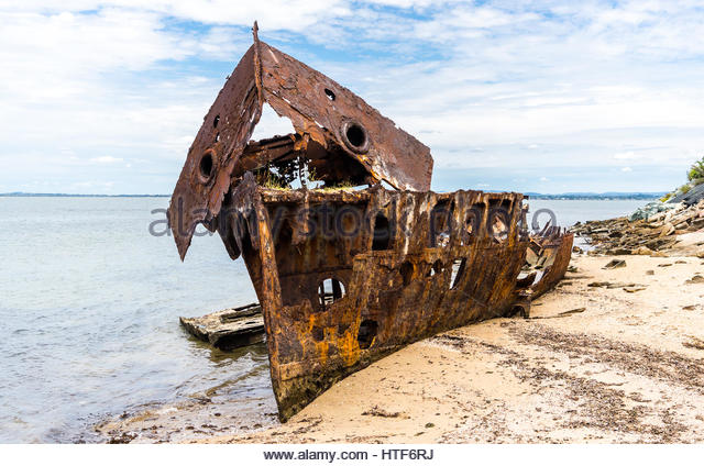 hmqs-shipwreck-on-the-peninsula-coastline-of-redcliffe-queensland-htf6rj