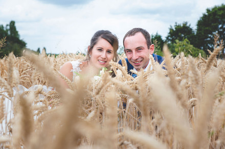 Huwelijksfotograaf in graanveld