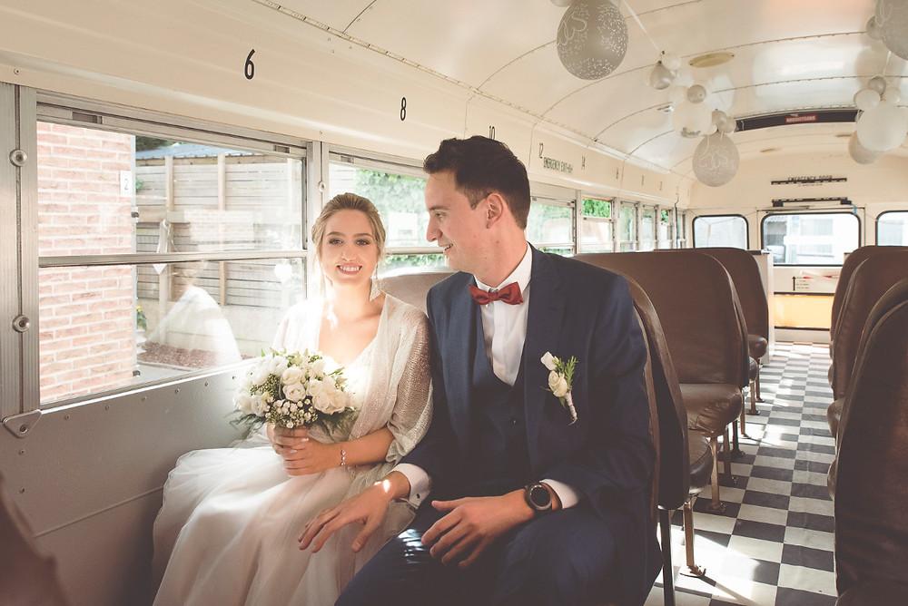 Trouwfotograaf legt bruidspaar vast op camera richting stadhuis Denderleeuw