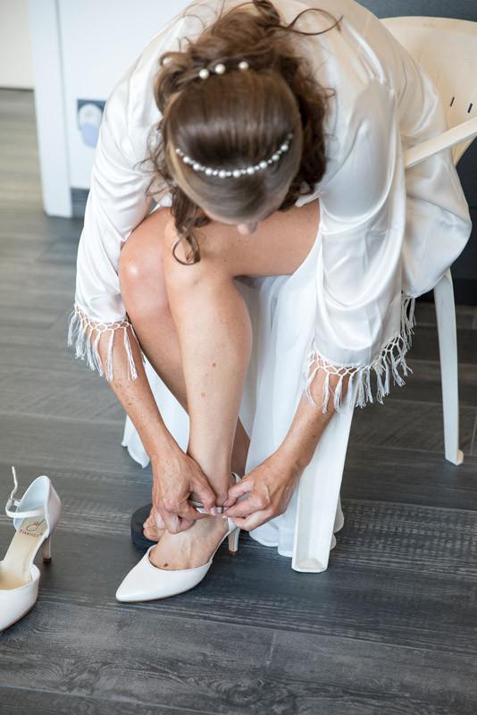 Aankleden van de bruid door het oog van de fotograaf