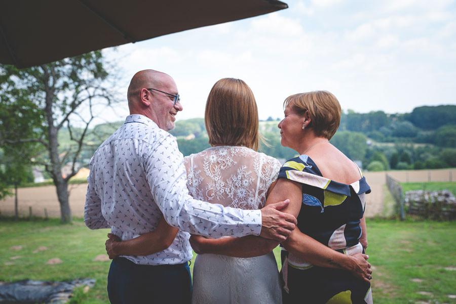 Huwelijksfotograaf getuige van een mooi momentje met mama en papa.