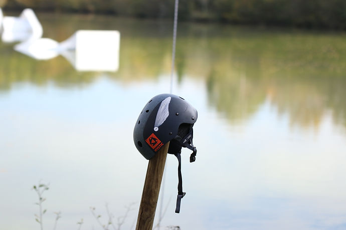 casque de wakeboard avec sticker plok au dahu wake park