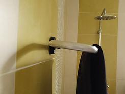 combinaison de surf qui sèche dans une douche