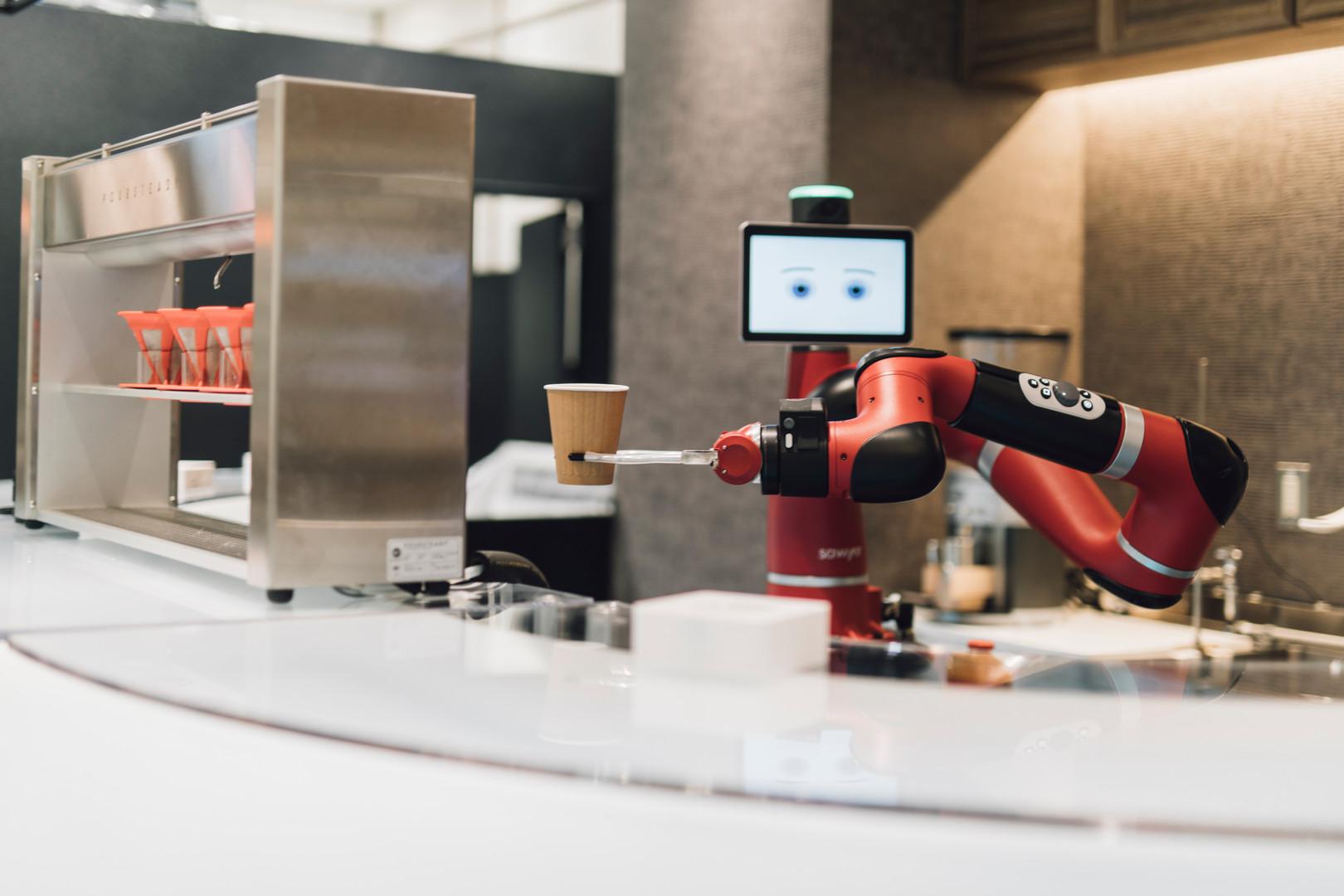 ロボットのTomが働いています。