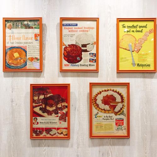 1960年代に出版されていた雑誌広告の切り抜きを飾っています。